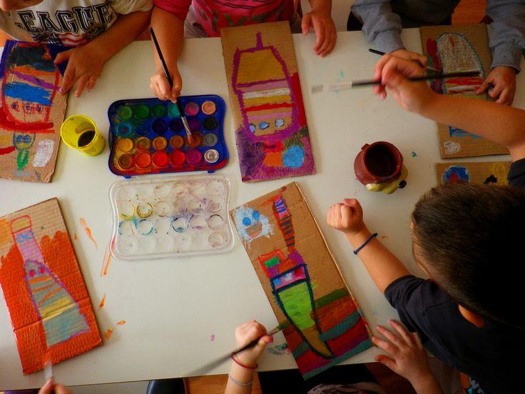 Φέτος…τα τρεχαντηράκια μας ξεκίνησαν από τους πίνακες του αγαπημένου μας ΚαλλιτέχνηΝίκου Ζάρρα και ήρθαν και άραξαν στο λιμανάκι του σχολειού μας… πήραμε κι εμείς τα πινέλα και τα χρώματά μας, τ…