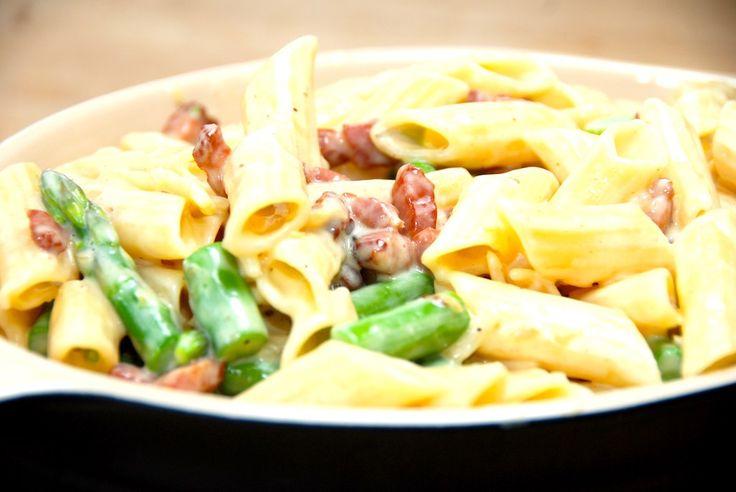 Se den lækre opskrift på pasta penne med fløde og bacon. En cremet flødesovs med æggeblommer, der smager super godt. Pasta penne med fløde og bacon er en af mine yndlingsmåltider. Dels smager den v…