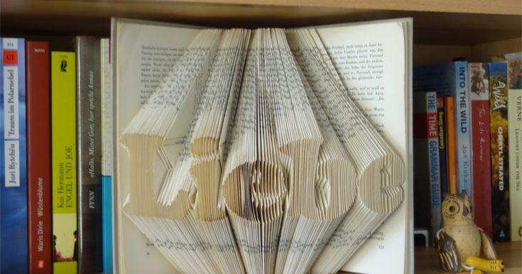 Schritt-für-Schritt Anleitung wie man einen Schriftzug in ein Buch faltet. Die Kunst Bücher zu falten wird auch Orimoto genannt.