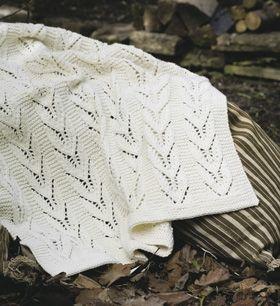 Tæppet i klassisk hul-mønster med bladranker vil være en flot barselsgave