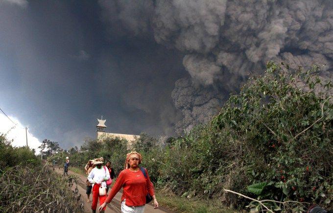Bencana gunung meletus merupakan bencana alam yang sangatlah berbahaya.