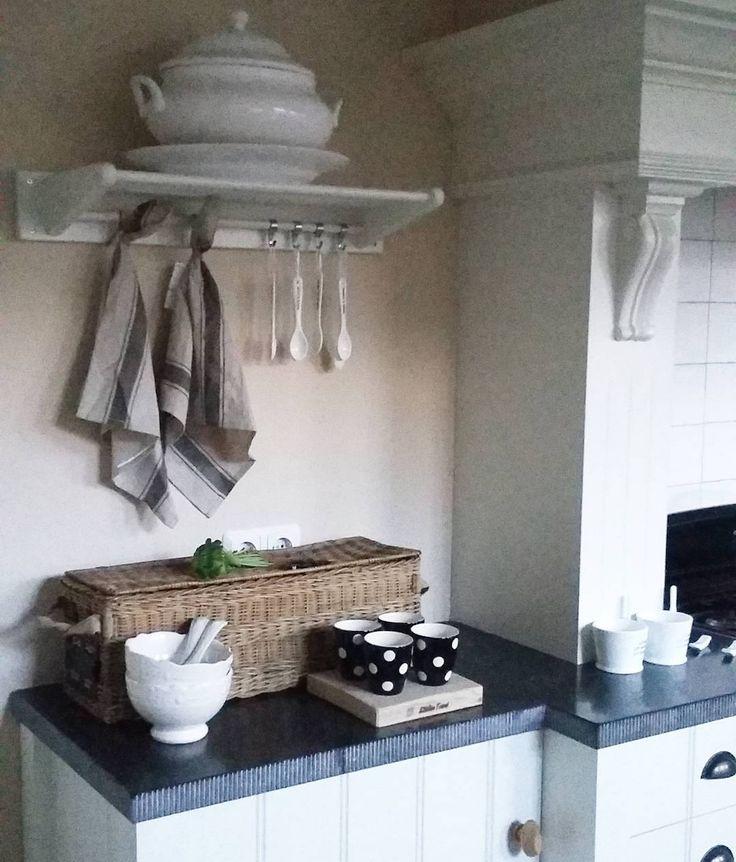 Wat is het nog lastig wennen aan dit donkere sobere weer. Foto's maken is ook een stuk lastiger. Een kop koffie en dan aan de slag met het verven van de kast. Fijne vrijdag! #donker #november #kitchen #keuken #home #brocante #landelijk #landelijkwonen #cuisine #landelijkesfeer #interieur #interieurstyling #interior #instahome #verven #anniesloanchalkpaint #kast