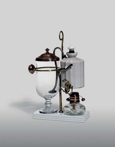 #Kaffeemaschine #Frankreich (?), 1. Viertel 20. Jh.  Porzellan, Glas, Kupfer, Messing  H. 29 cm, Fussplatte 17,5, 8 cm // ENGLISH: #Coffee machine #France(?), 1st quarter 20th century #Porcelain, glass, copper, brass height 29 cm, base plate 17.5 x 8 cm #domestic #culture #history #wood #iron #craft #switzerland #basel #furniture #bust #moebel #antik #interior #museum #schweiz #kunst #art #hmb