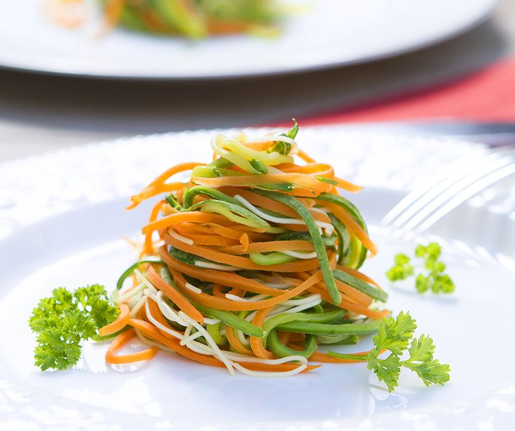 Macarrão de legumes que ajuda a saciar a fome e reduzir medidas. Feito em só 3 minutos, é leve e saboroso. Veja a receita: http://luciliadiniz.com/macarrao-de-legumes/