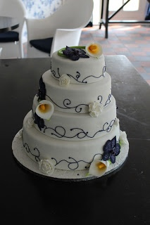 Gorgeous white and purple wedding cake with calla lilies and orchids (prachtige wit en paarse bruidstaart met lelies en orchideeen)