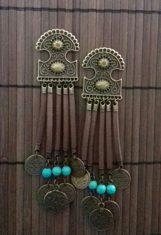 Maxi Brinco em ouro velho com franjas de courino marrom e detalhes em moedas e pedra turquesa. Peça leve! <br> <br>Altura: 11 cm <br>Tamanho da base: 4x3 cm