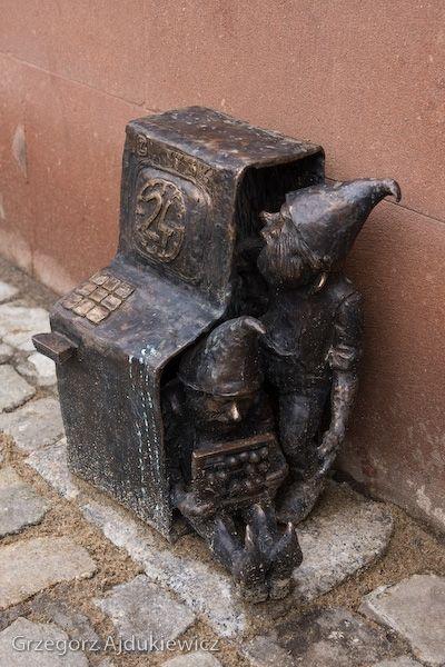 Bankomatki - Cash machine dwarfs in Wroclaw. So thats how they work!    fotograf Grzegorz Ajdukiewicz.