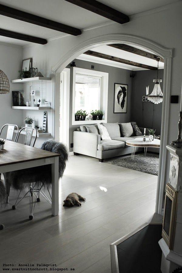 vardagsrum, matsal, matsalen, vitt golv, parkett, vita hyllor, hylla, inredning, inspiration, grå soffa av tyg, tygsoffa, tygsoffor, soffbord, grått och vitt, svart och vitt, svartvitt, svartvita, matbord,
