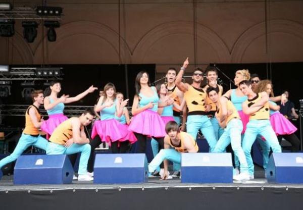 """La jumătatea lunii aprilie, trupa din serialul """"Pariu cu viața"""" a programat un concert la Buzău, în cadrul turneului național """"Artă contra drog – 2013″,  inițiat de Asociația Culturală de Teatru, Muzică și Film """"Dracula""""."""