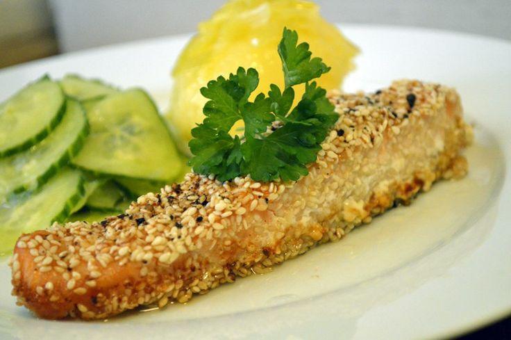 Sesampanert ovnsbakt laks, agurksalat og purrepotet. Baked salmon with sesame seeds, cucumber salad and leek potatos.