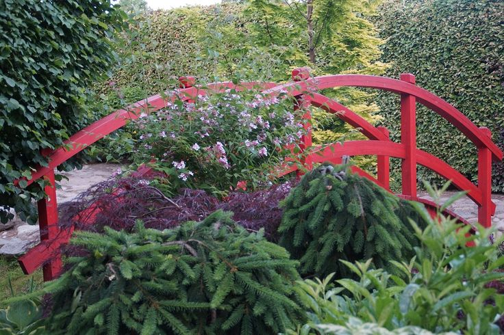 czerwony mostek w ogrodzie japońskim Ogrody Tematyczne Hortulus w Dobrzycy