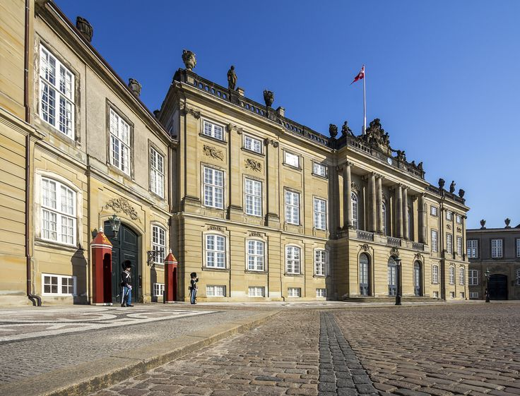 The Royal Danish palace is a old and famous piece of architecture. The guards in the red shelters is an attraction in itself.   Photo by www.ditlevart.dk