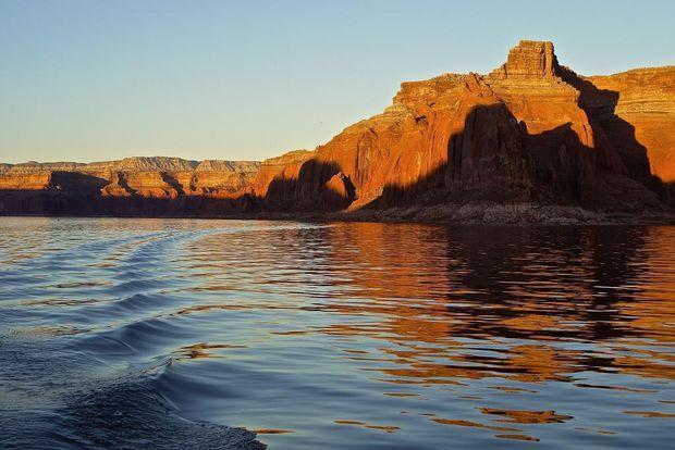 Le lac Powell est un immense lac artificiel, long d'environ 300 kilomètres, qui fut créé lors de la construction du barrage de Glen Canyon dans les années 1960. Il a fallu près de vingt à ce lac pour se remplir ! Désormais très fréquenté, le lac se prête idéalement à la croisière.