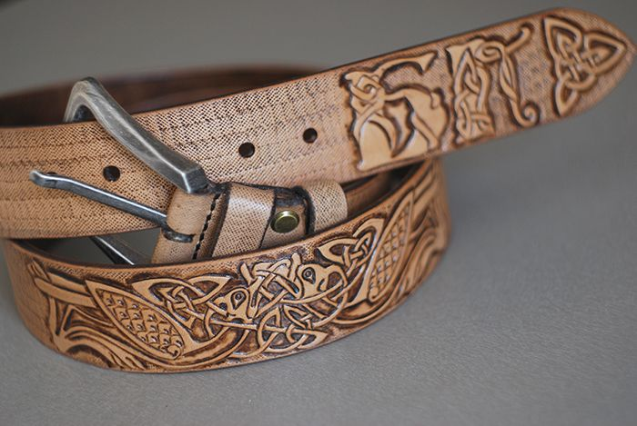 Кожаный ременьразмером 4х105 см. В изготовлении была использована кожа растительного дублениятолщиной 4.0 мм.Тиснение сделано в технике «ручная гравировка по коже». Процесс изготовления