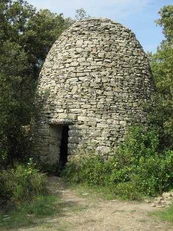 huttes de pierre sèche situées en bordure de champ ? Elles offraient l'abri en cas de pluie ou de forte chaleur, faisaient office de resserre à outils, et ont dû abriter nombre d'amours champêtres. Désormais, elles ne servent plus que de feuillée. Ces édifices, ignorés par les lexicographes (qui ne doivent pas être randonneurs), n'ont pas reçu de nom générique : on les appelle bories en Provence, cadoles en Bourgogne, capitelles en Languedoc (photo) et trulli dans les Pouilles