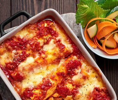 Fantastiskt goda cannellonis med umamirika gröna linser, hyvlad zucchini och krämig cream cheese med smak av både örter och vitlök. Cannellonin gratineras i ugnen i en ljuvlig tomat- och basilikasås och toppas med silkeslen mozzarella som smälter till perfektion. Servera med en krispig sallad på morötter och strimlad zucchini och njut!