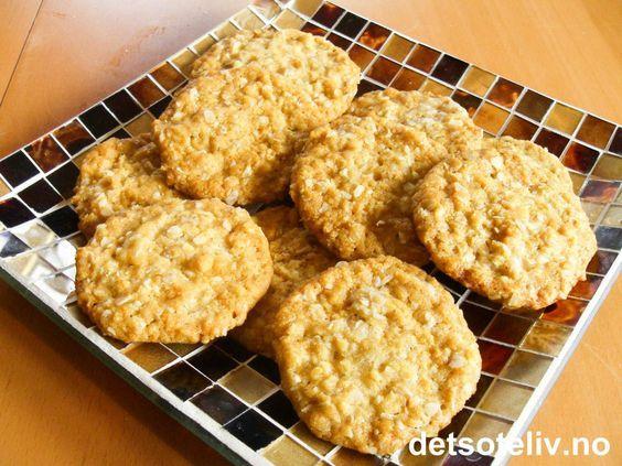 """""""Soldatertrøst"""" er skikkelig digge småkaker med havregryn, kokos og sirup. Lettvinte å lage og perfekte å unne seg en dag man trenger litt søt trøst.... Oppskriften gir 40-50 stk."""