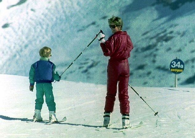 April 9, 1991: Prince Harry and Lady Diana skiing in Lech, Austria. This is the first time that the princes joined a ski holiday.(x)