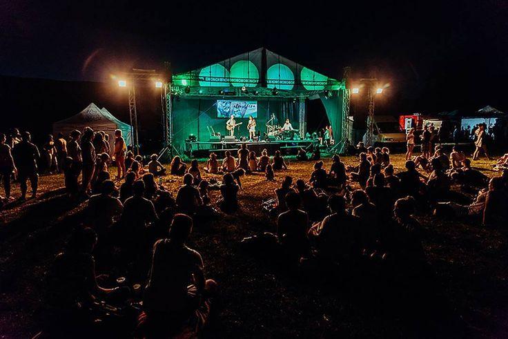 Night is falling at the #festivalatmosfera 2017 . . . . #festival #musicfestival #lebomedved #marosmarkovicphotography #marosmarkovic #fotografnaeventy #koncert #happypeople #hontianskenemce #music #stage #sunset #sunsetatfestival #bluesky