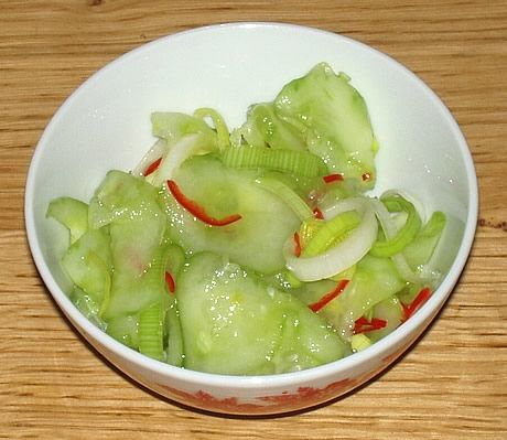 Atjar Ketimoen Bening, een traditionele zoetzuur van komkommer, prei en rode Spaanse peper. Een Indonesisch gerecht bereid door de Happy Chief Cook.