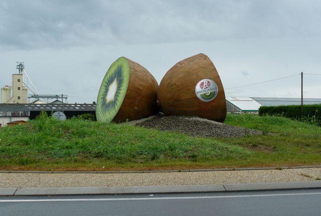 """Étendue sur 3 mètres de diamètre, cette """"oeuvre"""" de Ydan Sarciat qui trône depuis 2010 sur la route de Bayonne est une commande de l'association Kiwi de l'Adour. Elle glorifie ce fruit produit sur le territoire landais, qui a gagné depuis 1992 le Label rouge sur le marché européen. Par B. Monier-Vinard et J. Saint-Medar © DR"""
