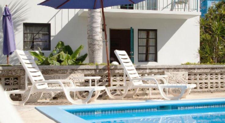 Sandpiper Apartments Hamilton, Bermuda Situato a Warwick Camp, Sandpiper Apartments offre una piscina all'aperto. Ogni alloggi con angolo cottura dotato di Wi-Fi gratuito e parcheggio privato gratuito.   Ogni appartamento vi fornirà un televisore, aria condizionata e balcony.There è una cucina completa, con forno a microonde e forno, e un bagno privato con vasca o doccia. Si può godere di una vista sulla piscina e il giardino dalla stanza.   A Sandpiper Apartments si trova un giardino e una…