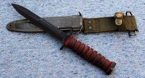 -Cuchillo de combate M3:  El cuchillo de combate M3, también llamado, cuchillo de trinchera era un arma robusta afilada entregada a muchas tropas en la 2ªGM incluyendo a la Aerotransportada y los Guardabosques del ejército. Inicialmente la vaina era de cuero pero fue rápidamente substituida por la de plástico. Se llevaba sujeto al cinturón por un gancho metálico.