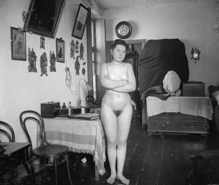 фото голых девушек в мастерской тоже думаю