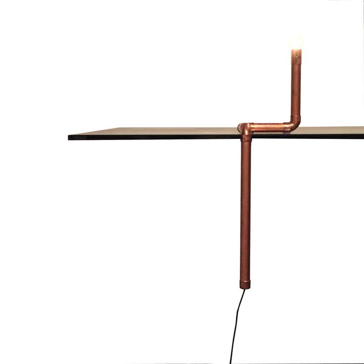 A Flow escorre por qualquer superfície e valoriza qualquer ambiente. Uma peça consagrada e que vem acompanhada de uma lâmpada de alta eficiência energética, iluminando muito e consumindo apenas 3W. Pode ser utilizada de 3 maneiras diferentes. Apoiada em um canto de móvel, como arandela na parede ou como um simples abajur. Acompanha presilha para fixar na parede e é totalmente polida e montada a mão.  A peça tem comprimento total de 50cm e apenas 10cm de largura.