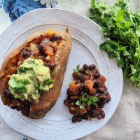 Une recette qui fait l'unanimité: patate douce farcie aux haricots noirs et à la salsa avec guacamole maison. Simple, rapide et succès assuré!
