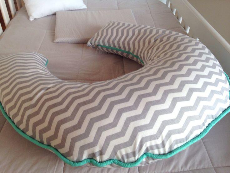 Almofada de amamentação feita sob encomenda combinando com o quartinho do baby.    Valor referente a almofada na coleção Mapa.