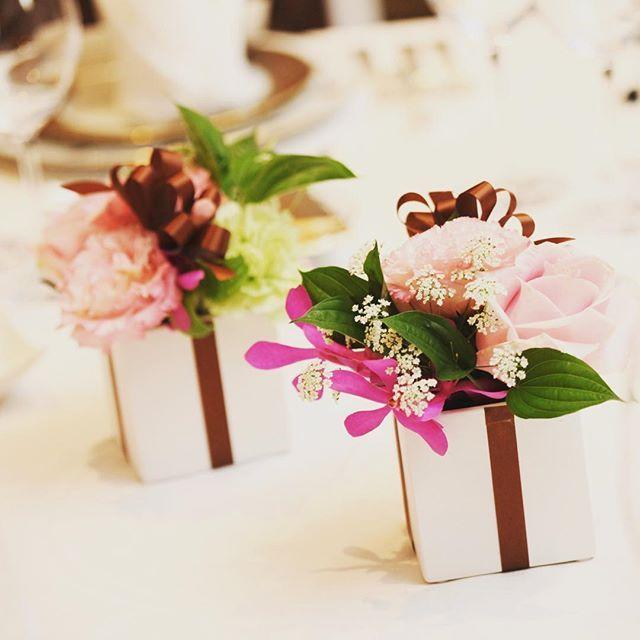 1年前は結婚式準備の日々 お花。ゲストテーブルのお花はそのまま持ち帰ってもらって、おうちで気軽に飾れるようにボックスに。リボンをかけてプレゼント風。#wedding #花 #装花 #ゲストテーブル #プレゼント#バラ #カーネーション #レースフラワー