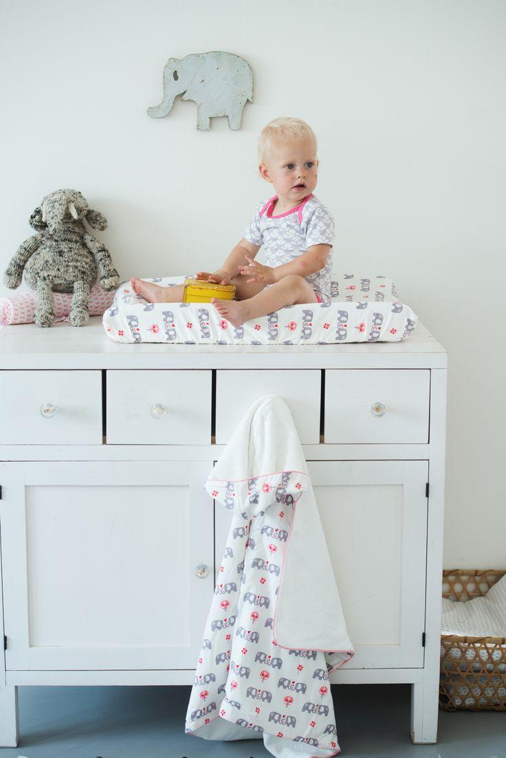Elefantöse Wickelstation für Babys  mit der Fresk Wickelauflage und passenden Accessoires.