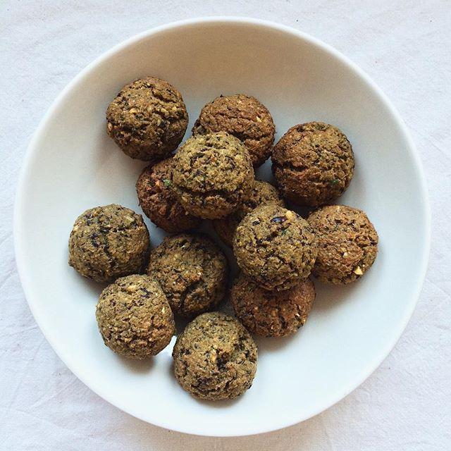 Des falafels pleins de saveurs aux pois chiche & aux haricots azuki - avec une cuisson au four sans matière grasse.#bowlandspoonblog Recette sur bowl-and-spoon.com