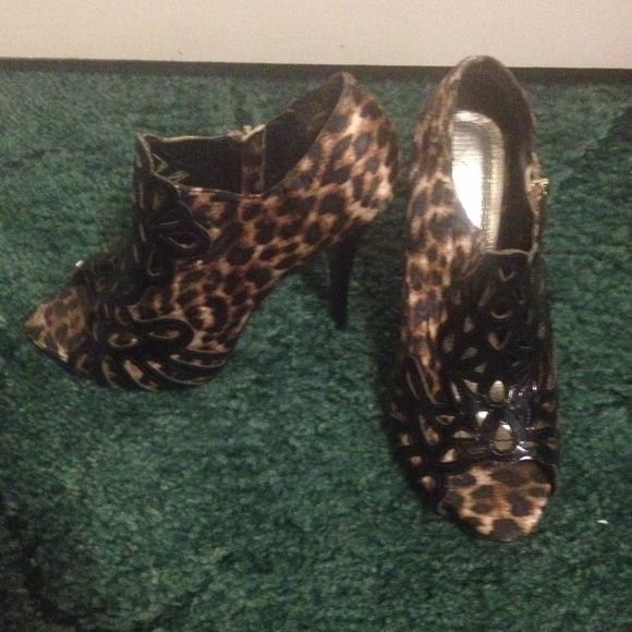 Cheetah Heels Cheetah heels with a black design in the front. They are in very good condition only worn once or twice. Perfect for any outfit. Shoes Heels