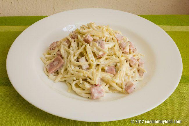 Deleita a tu familia con este sencillo y rápido espagueti a la crema con jamón. Les encantará.