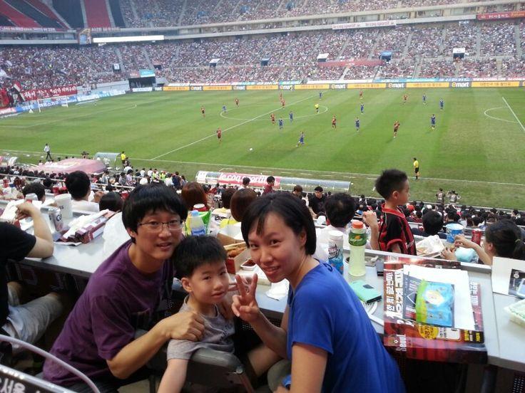 서울 대 수원 슈퍼매치 보러왔어요. 오늘 무지 더운데 뛰는 선수들 배로 힘들 듯...
