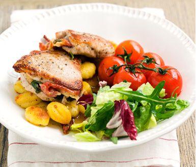 Ett matigt och gott recept på saltimbocca med färsk salvia och potatisgnocchi. Du gör den av bland annat skinkschnitzel, lufttorkad skinka, salvia, vin, tomat och toskansk sallad. Servera gärna med ett gott bröd till.