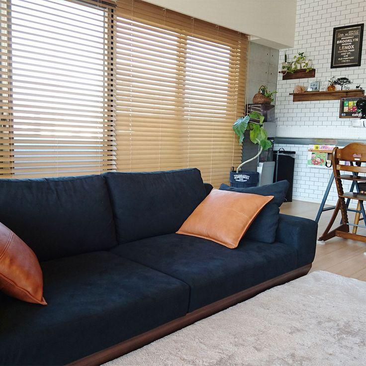 ローソファ専門店HAREM / お客様のローソファのある暮らし。ブラックの張り地と足元のウォールナット、かっこいいアルバソファ。ブルックリンスタイルのお部屋にもよく似合いますね!