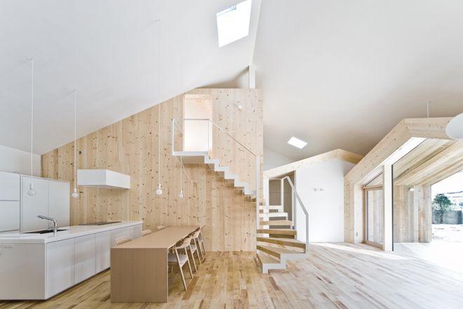 三角屋根のデザインが特徴的な木造平屋の高い断熱気密性能を有した高級注文住宅です。木材などの自然素材や薪ストーブが生活に彩を与えます。