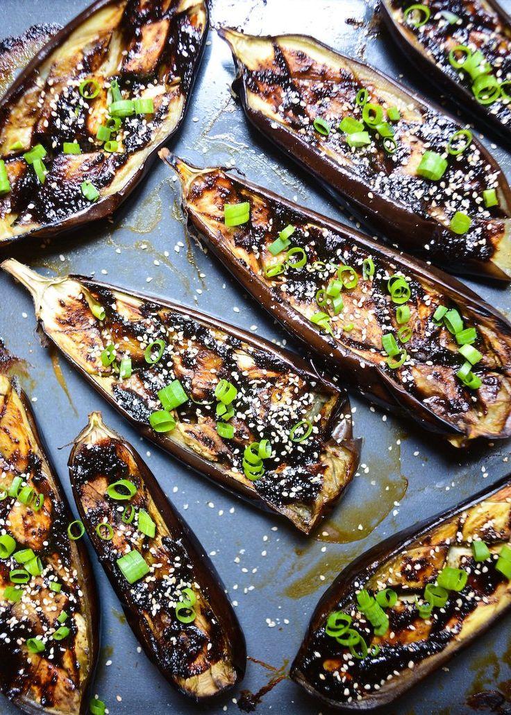 Aubergines laquées à la coréenne (doenjang) 4 aubergines moyennes Huile d'olive, pour badigeonner 3 oignons nouveaux, finement émincés Graines de sésame Riz blanc cuit à la vapeur, pour servir Pour la sauce au doenjang : 125 g de doenjang (pâte de soja coréene, disponible en épicerie asiatique ; on peut aussi utiliser du miso rouge, disponible en magasin bio) 50 g de miel 2 c.s. de sauce de soja (j'utilise du tamari) 2 c.s. d'huile de sésame grillé 5 gousses d'ail, sans le germe, hachées…