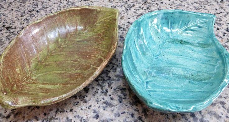 Cuencos de cerámica con forma de hoja. Pintados con esmaltes importados.