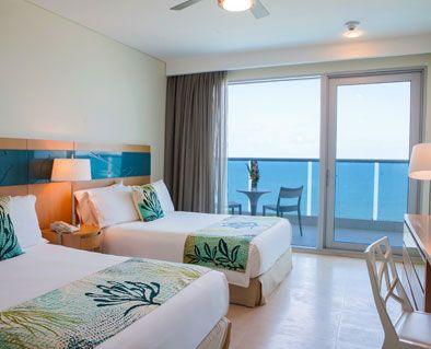 Habitación Superior. Espectaculares habitaciones con 2 camas, balcón con mesas y sillas y hermosa vista al Mar Caribe y/o a la ciénaga de la Virgen. #ElHoteldeLasEstrellas