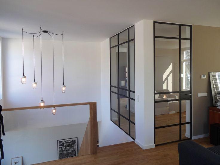 hanglamp, bestaande uit losse lampen, hangend boven vide