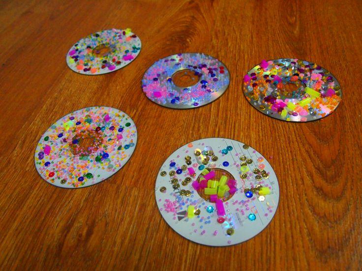 Mandalas con CD´s reciclados, adornados con bolitas de colores y trozos de pajitas. #arteconmandales