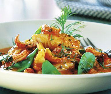 En härligt dilldoftande kräftgryta som du snabbt tillagar. Förutom mumsiga kräftstjärtar innehåller detta recept fiskfilé och sockerärter som får koka i en utsökt blandning av tomatsoppa, dill och lök. Servera med nykokt potatis.