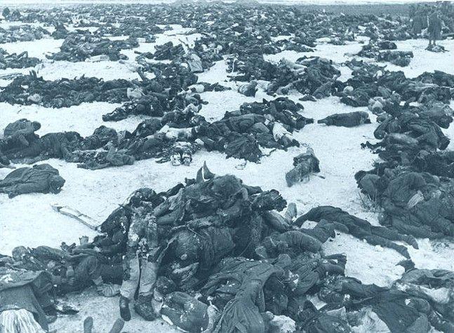 Gesneuvelde Duitse soldaten na de slag om Stalingrad 1943