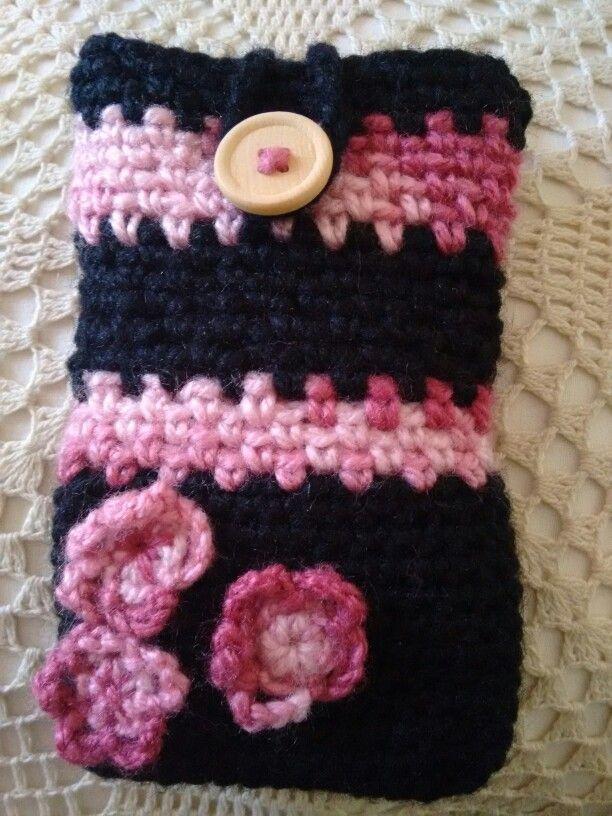 Porta celular, crochet, flores, madera. Negro y rosa matiz.