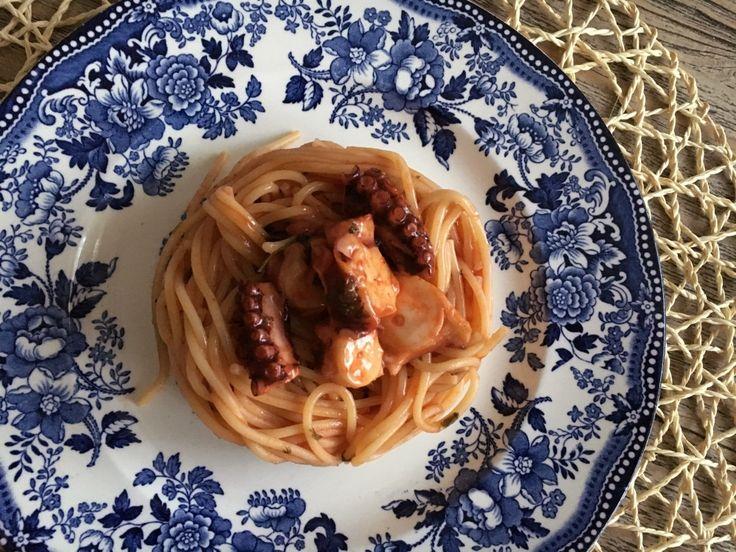 Gli spaghetti con il polpo sono una vera ghiottoneria. Un primo di grande effetto. Colore e profumo incredibili. Lo provate con me?