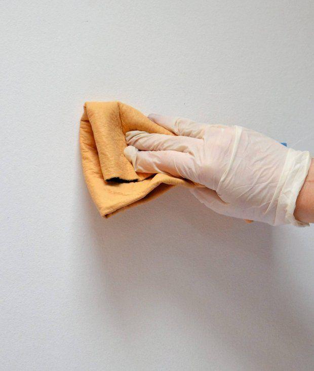 KROK 1. Ścianę myjemy wodą zdetergentem, wypełniamy ewentualne ubytki. Tużpod sufitem naklejamy taśmę malarską, wyznaczając pasek, który nie zostanie oklejony.